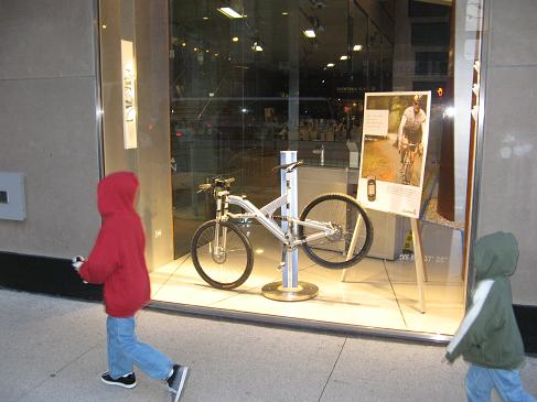 CoolBikeInWindowOnMichiganAvenueInChicago.JPG